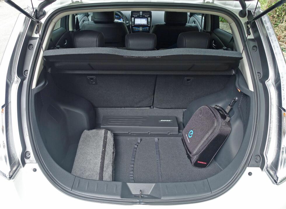 <strong><b>GOD PLASS:</strong></b> Med 370 liter er bagasjerommet i Nissan Leaf av de gode i klassen. Foto: KNUT MOBERG