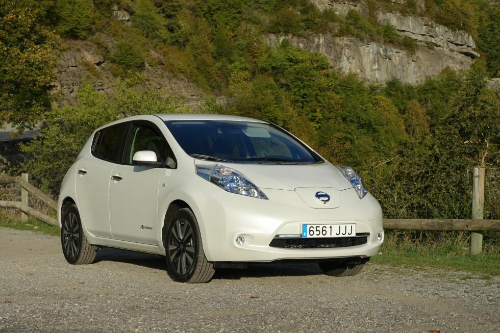 SETT DEN FØR? Det er ikke så rart - Nissan er tydeligvis fornøyde med utseendet på sin elbil Leaf og har ikke endret på det. Derimot er batteripakken ny. Uten å bli større er kapasiteten utvidet med 26 prosent og det gjør ganske mye forskjell, fant vi ut. Foto: KNUT MOBERG