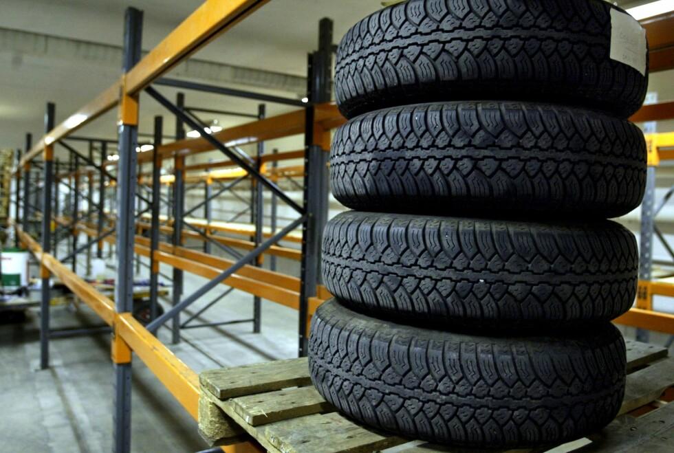 STABLES I HØYDEN: Du kan henge opp eller stable dekkene, det viktigste er at de ikke står.  Foto: NTB SCANPIX / KNUT SNARE