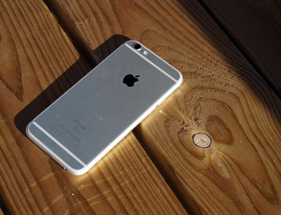 PEN? Det er delte meninger om iPhone 6s har en pen bakside –de hvite strekene er antennebåndene, og kameraet stikker ut litt.