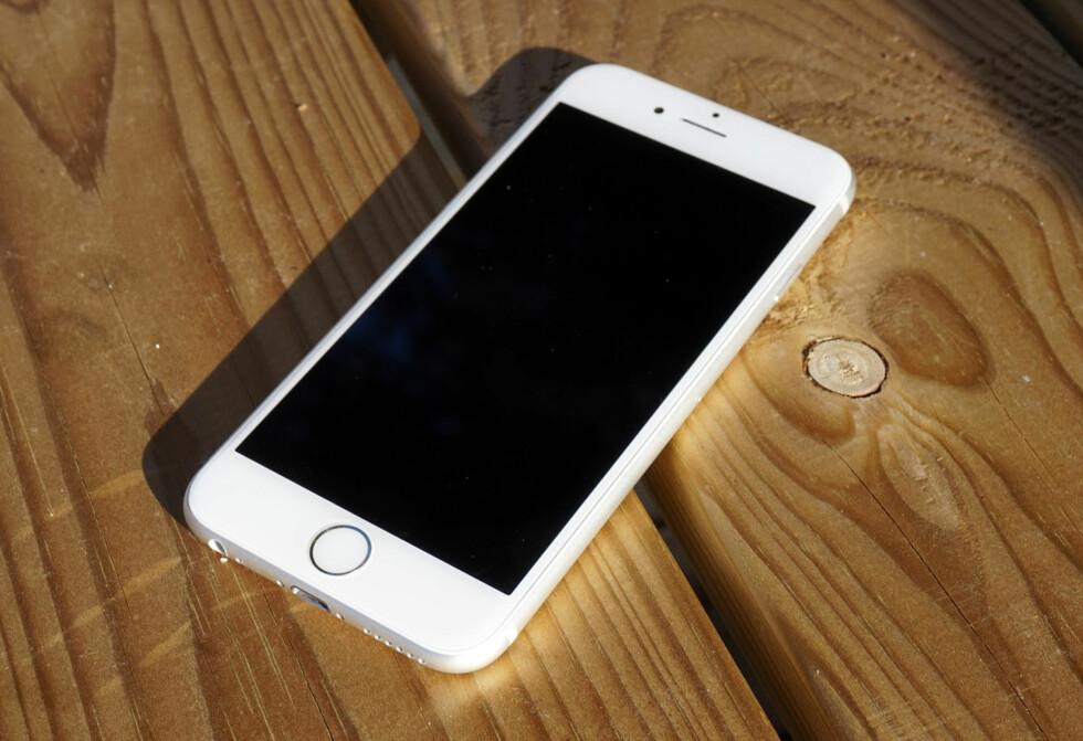 LIK? iPhone 6s har blitt 0,2mm tykkere enn forgjengeren, men fremstår ellers ganske lik. Imidlertid er både fingeravtrykksleseren og berøringsteknologien kraftig forbedret.