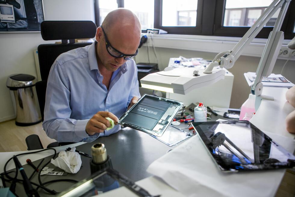 MANGE FLINKE: Eirik Kvisli, også kjent som Dr. iPod, er en av de som kan fikse mobilen utenfor garanti- og reklamasjonsordninger. Det er dessverre grunn til å tro at ikke alle er like skikkelige som han.  Foto: PER ERVLAND