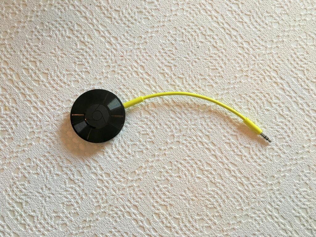 ENKEL: Chromecast Audio har to porter –en til strøm og én til lydkabel. Er du litt mer kresen på lyden, kan du også bruke en optisk kabel i lydutgangen.