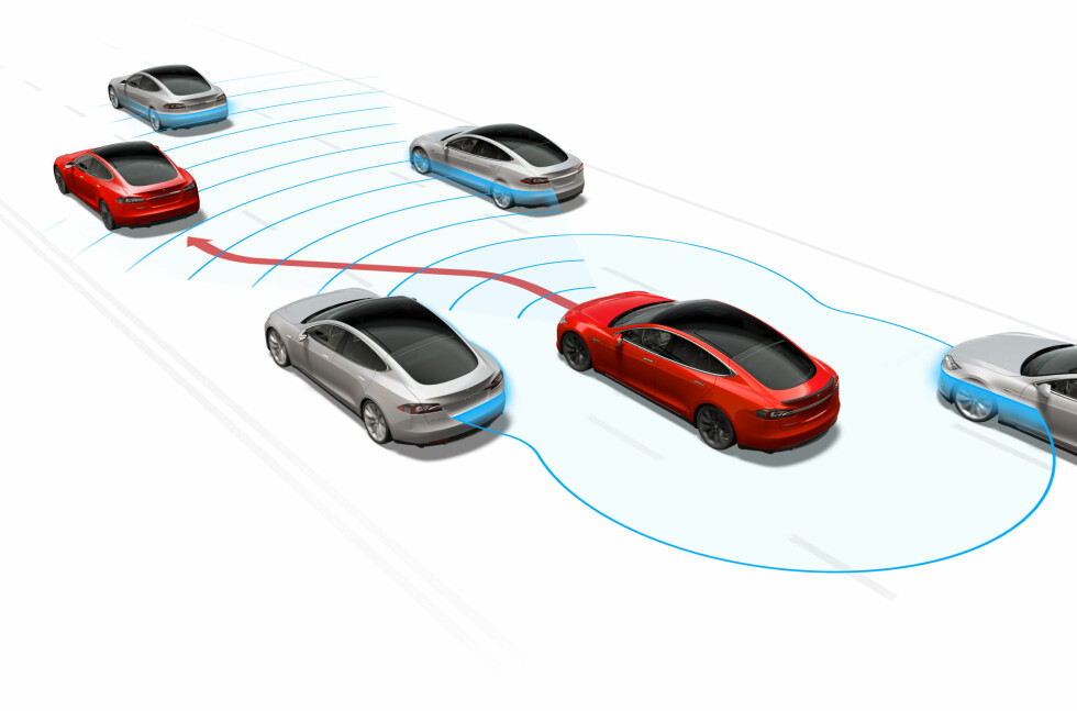 KONTINUERLIG OVERVÅKNING: Det nye systemet benytter kameraer, radarer og ulike sensorer til å overvåke all trafikk rundt bilen. Foto: TESLA