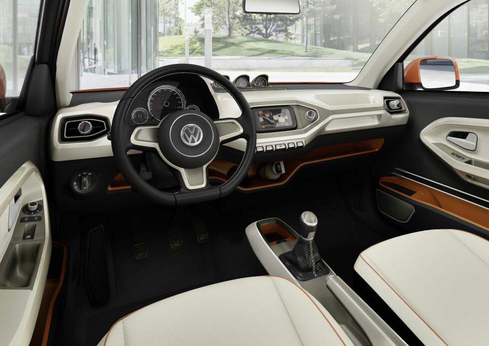 UNG STIL: Interiøret i VW Taigun virker friskere i farger og utforming enn det vi er vant til fra merket. Foto: VOLKSWAGEN