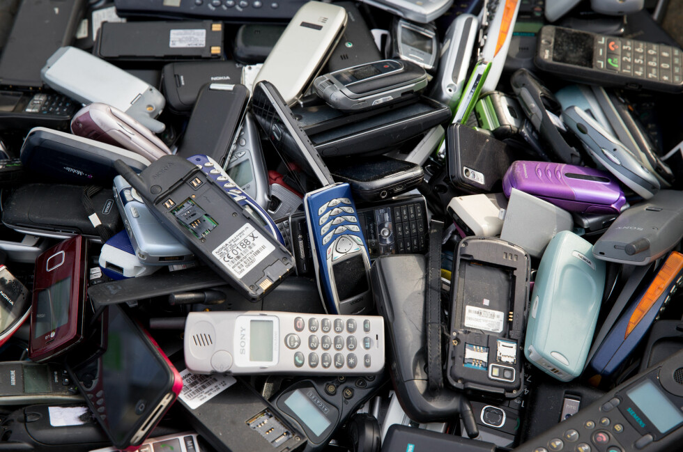 NYTT LIV: Gamle mobiltelefoner kan få nytt liv gjennom de mange resirkuleringstilbudene. Foto: Kay Nietfeld/DPA