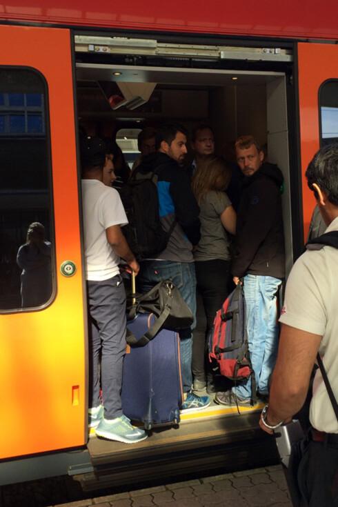 FULLT: Om ikke daglig, så jevnlig, er togene som kjører fra OSlo S fyllt til randen av passasjerer. Foto: BERIT B. NJARGA