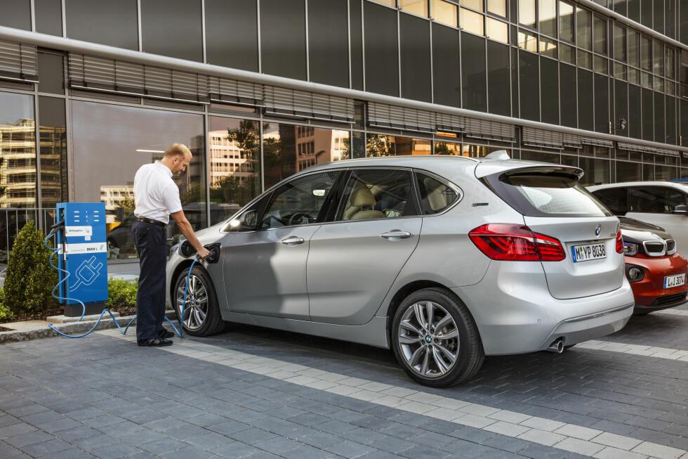 LADBAR GAVEPAKKE: Nok en gang gjør det norske avgiftssystemet at man kan gjøre et kupp ved å kjøpe en høy-ytelsesbil til samme pris som en ordinær utgave. 225ex Active Tourer er en fleksibil med GTI-ytelser som leveres med firehjulsdrift og automat til 352.000 kroner. Foto: BMW