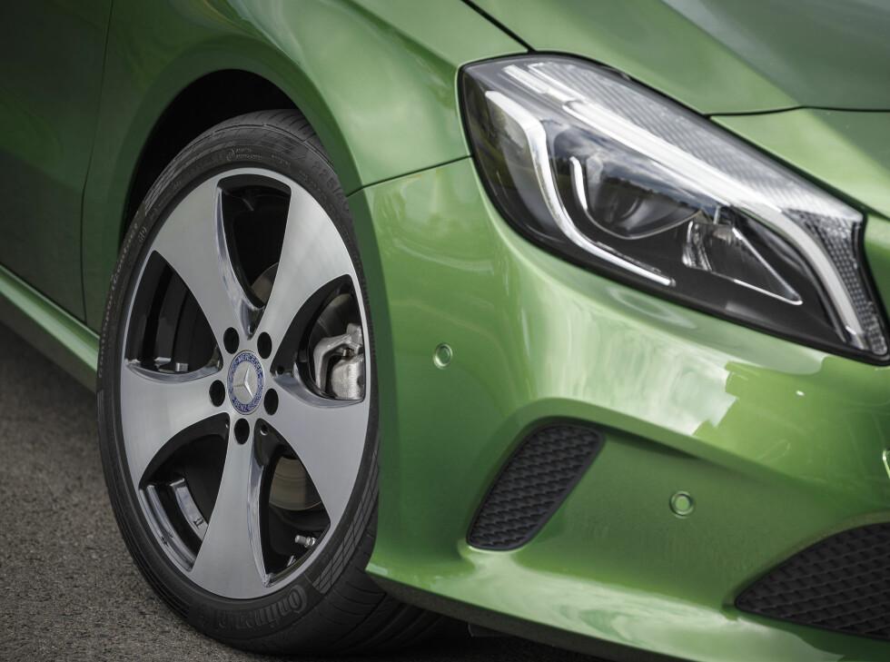 LED-LYKTER: Frontlysene kan nå bestilles med LED lykter som ekstrautstyr. Felgene er også nye og minner om hjulene til forrige generasjon VW Golf GTI. Foto: MERCEDES-BENZ