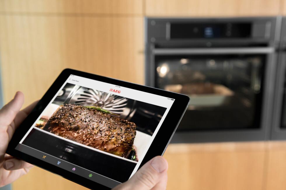 <strong><b>MATLAGINGSASSISTENT:</strong></b> Via appen får du oppskrifter. Deretter er det bare å velge matrett, og legge inn hvordan du vil ha maten stekt, før du sender over innstillingene til ovnen. På AEGs modeller får du også sett hvordan maten klarer seg underveis, via et innebygget kamera.  Foto: AEG