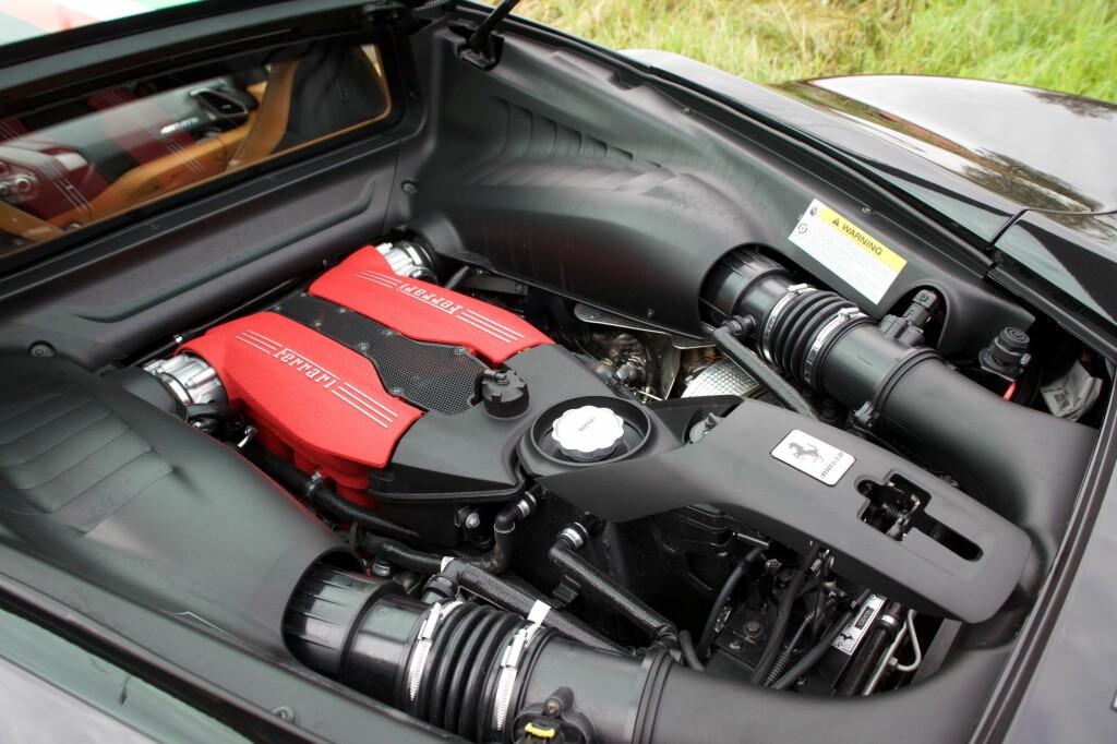 DOBBEL TURBO: To turboladere gjør at Ferrari presser nærmere 700 hestekrefter ut av den nye V8-eren sin. Foto: Tormod Brenna Foto: TORMOD BRENNA