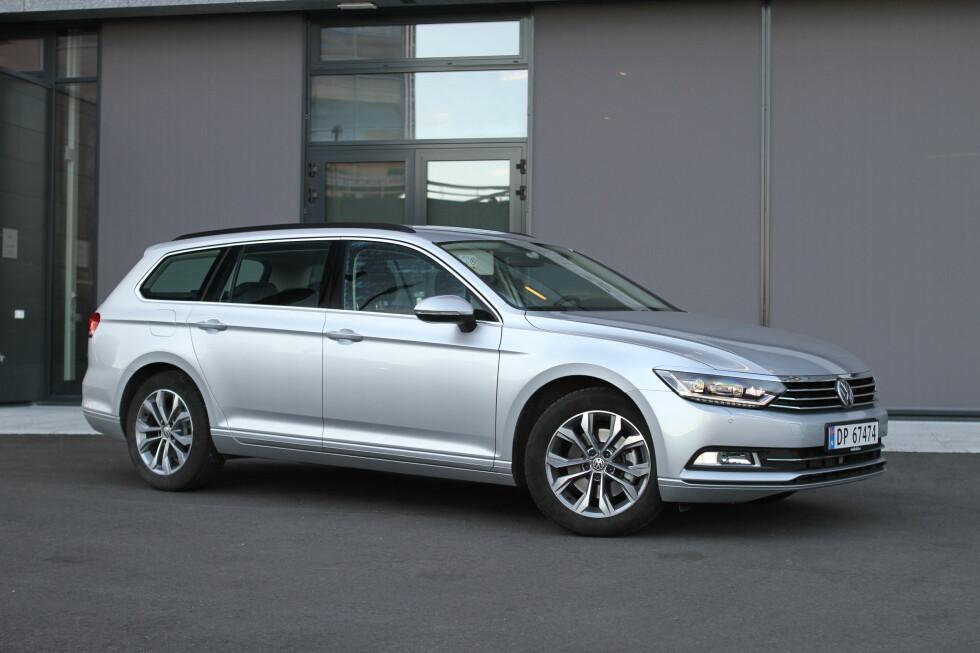 BUSINESS AS USUAL: Volkswagens design ser nitrist ut med små felger, og blir ofte kjempetøft med store felger og litt senk. Det gjelder i aller høyeste grad her. Foto: RUNE M. NESHEIM