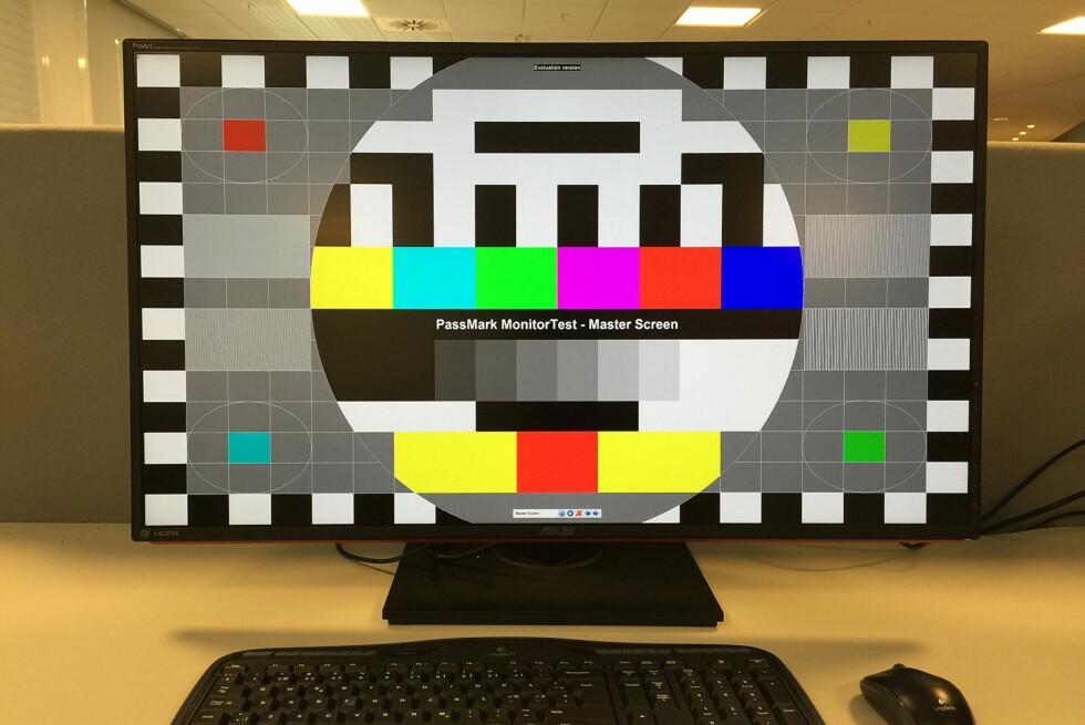 NESTEN ET MINIMUM: Lyst på 4K PC-skjerm? Da bør du opp i minst 32 tommer for å kunne bruke den uten å måtte skalere opp tekst og grafikk i operativsystemet. Asus PA328Q er i så måte et meget godt valg, men det koster å være kar. Foto: BJØRN EIRIK LOFTÅS