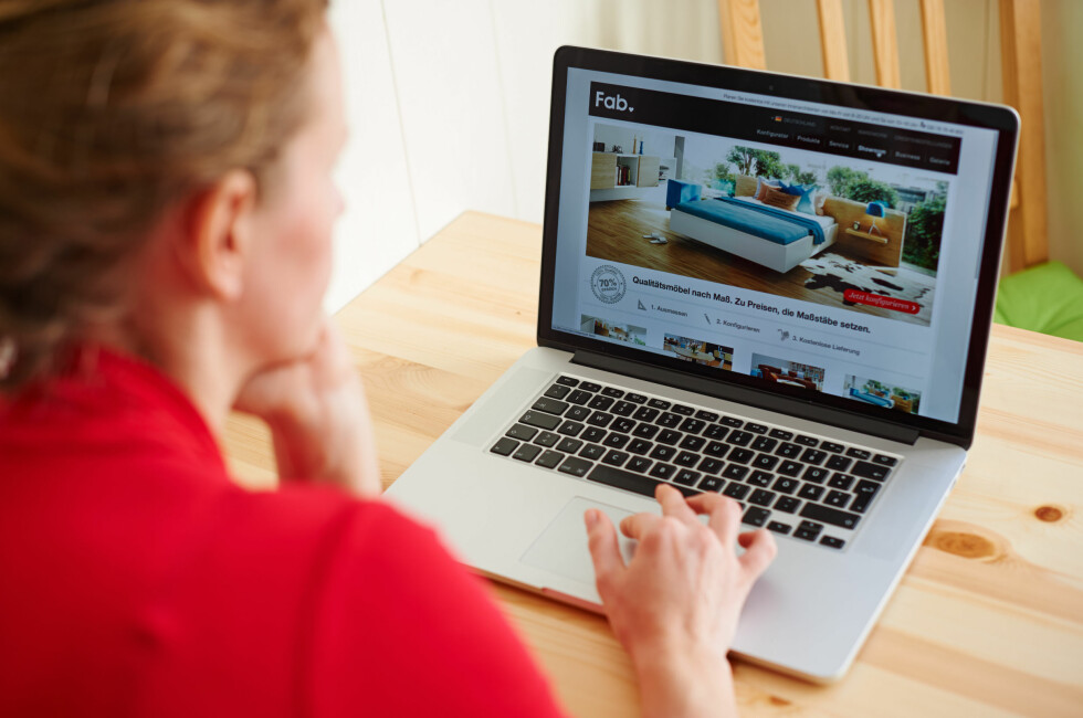 SVINDEL:  Det finnes mange useriøse nettsider som vil selge deg ulike produkter. Pass på at nettsiden har godt synlig kontaktinformasjon. Foto: ROBERT SCHLESINGER / MODELLKLARERT / NTB SCANPIX