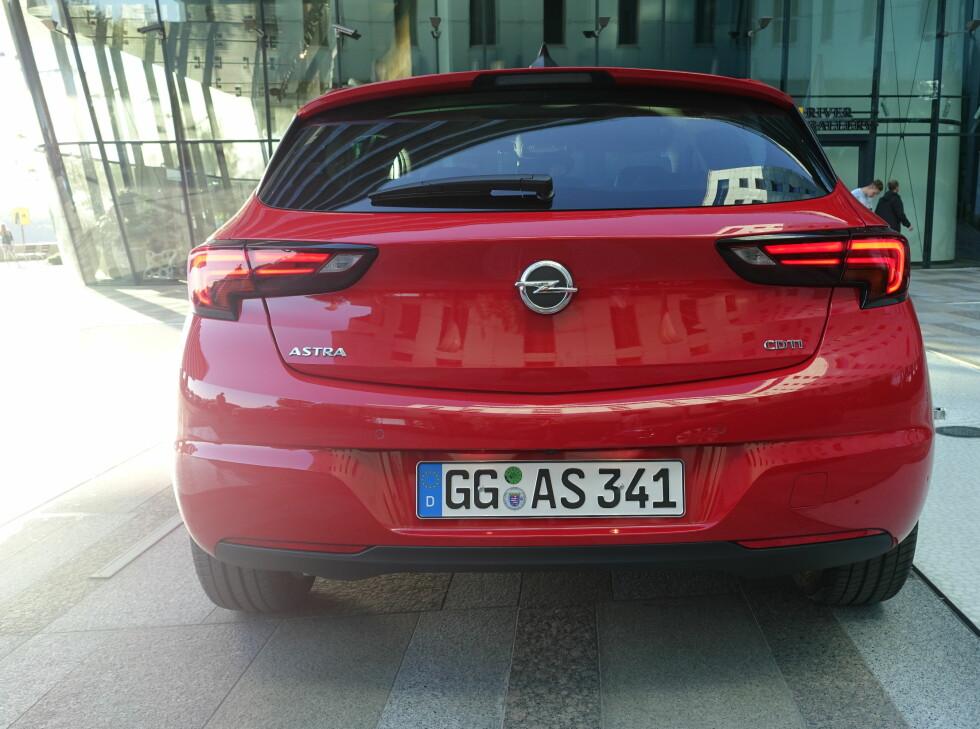 ALFA-INSPIRERT: Tankene går fort til Alfa Romeo Giulietta når du ser bilen bakfra.  Foto: KNUT ARNE MARCUSSEN