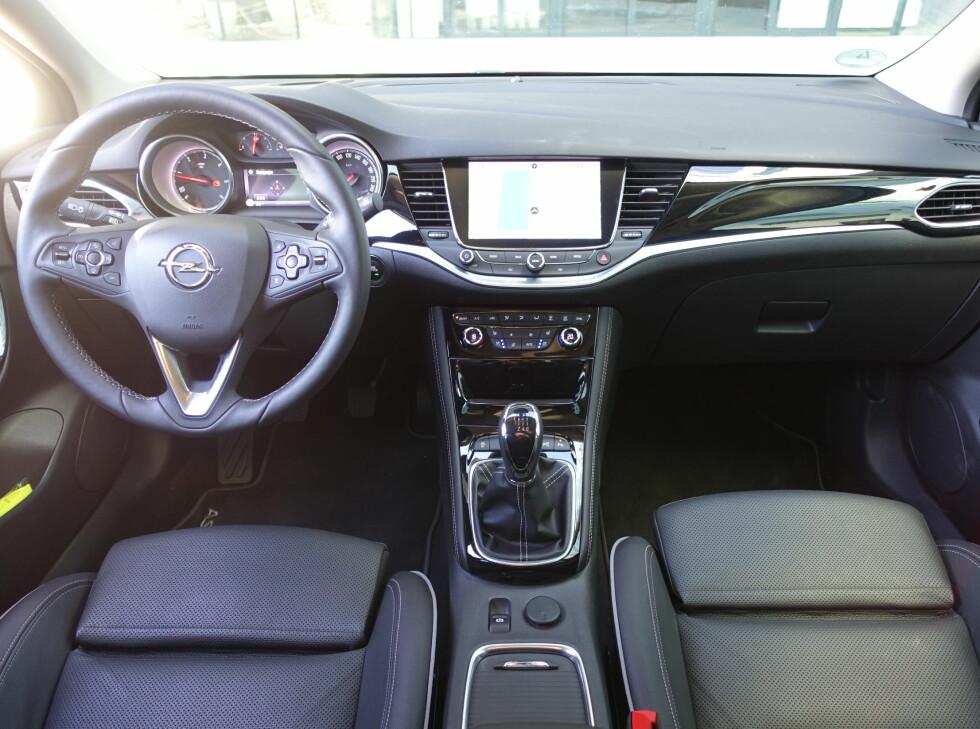 NY STIL: Interiøret har helt ny stil. Det er ryddet mye i midtkonsollen, men den kunne med fordel ha fått en kommandosentral tilsvarnende Audi- og BMWs løsninger.  Foto: KNUT ARNE MARCUSSEN