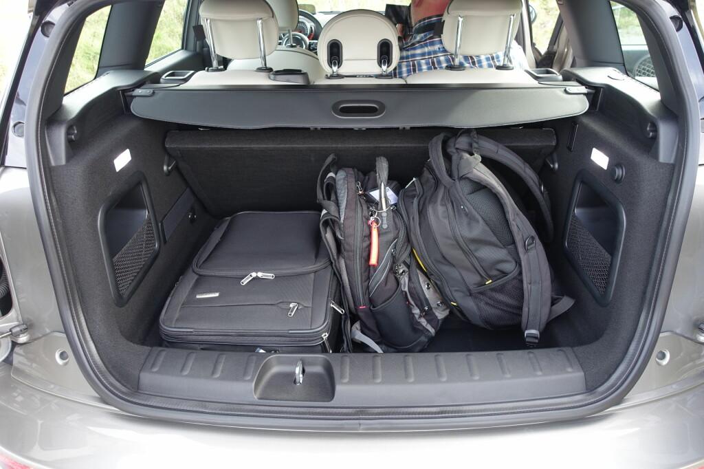 REISEBIL: Ja, en Mini man kan frakte bagasje med! Kanskje ikke familiens ferieoppakning, men 360 liter er normen i kompaktklassen og langt mer enn noen annen Mini kan by på. Foto: KNUT MOBERG