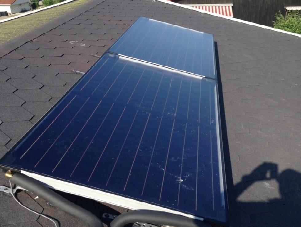 SOLFANGERE: Slik ser det ut på taket til familien Ulvestad. Om vinteren måker de bort snøen. Foto: PRIVAT