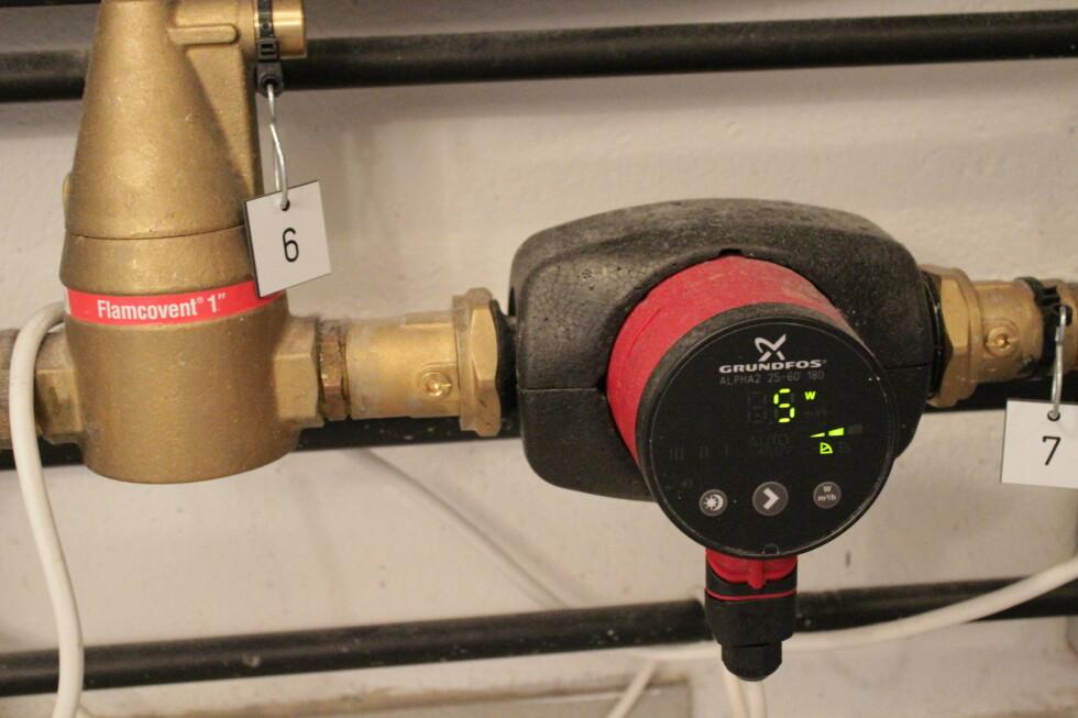 DRAR VESKA:  Denne pumpa drar veska som går i Solar-kretsen. Den starter når det er syv grader forskjell i tanken og på taket. Foto: HANNA SIKKELAND