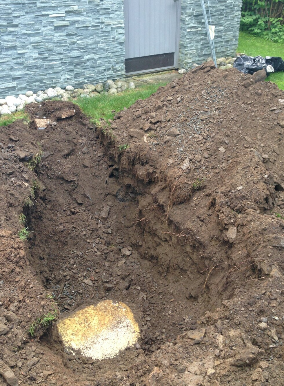 GRAVDE OPP:  Mye jord måtte flyttes på da de gravde frem oljetanken i hagen. Foto: PRIVAT