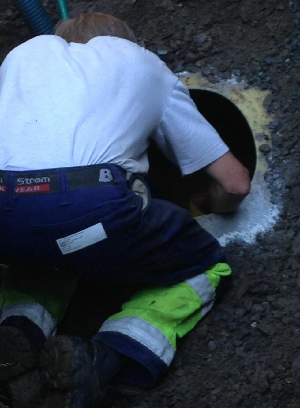 LAGET HULL:  Det ble laget et hull i oljetanken for å fjerne alle oljen.  Foto: PRIVAT