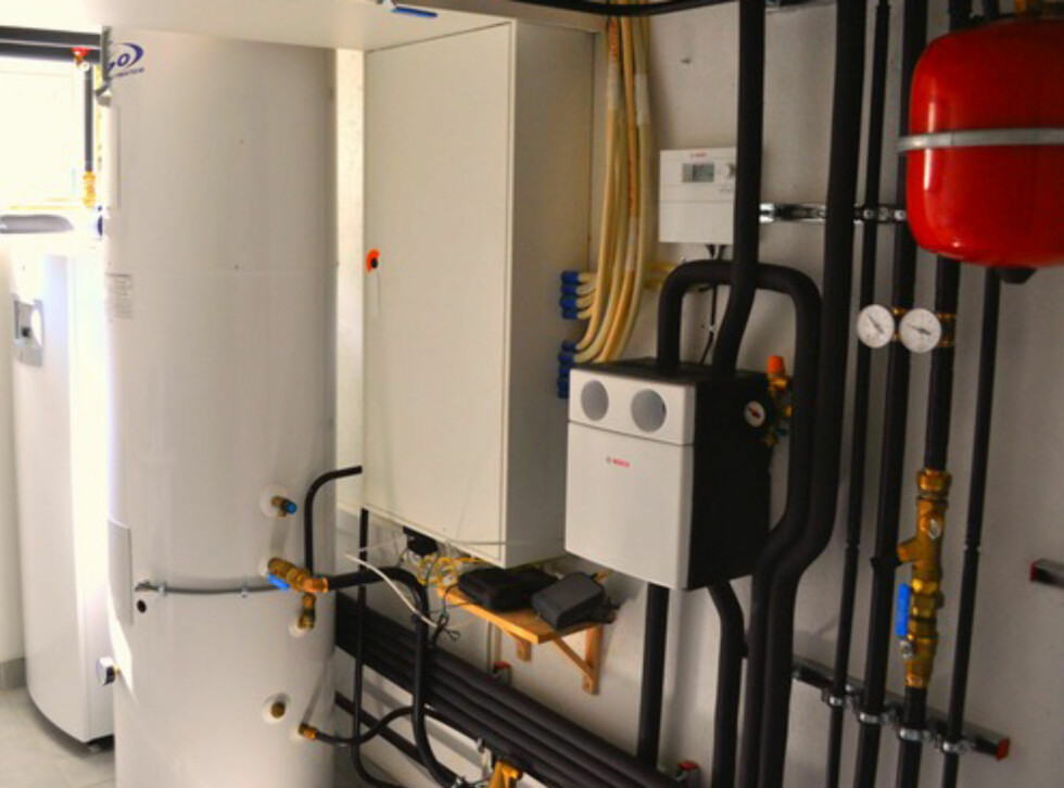 TAR PLASS:  Går man for en løsning med både bergvarme og solfangere, må man regne med at det vil ta opp litt plass på vaskerommet.