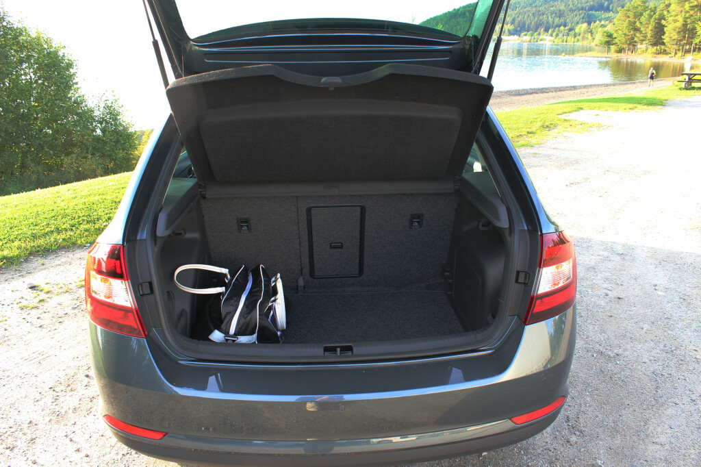 GOD PLASS: Nye Skoda Rapid kan også by på god plass i bagasjerommet. Luken i baksetene gjør det også enkelt å frakte lengre gjenstander om en har planer om skiturer til vinteren. Foto: MAGNUS ARNKVÆRN