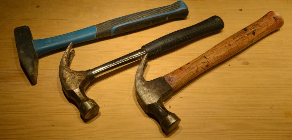 <strong><b>HAMMER:</strong></b> Selv om det meste festes med skruer eller lim i disse dager, må man likevel ha en hammer. Foto: BRYNJULF BLIX