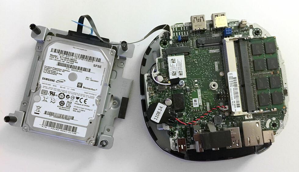 Her har vi løftet av delen som harddisken er festet i. Sjelden har vi sett en mini-PC som er enklere å oppgradere. Foto: BJØRN EIRIK LOFTÅS