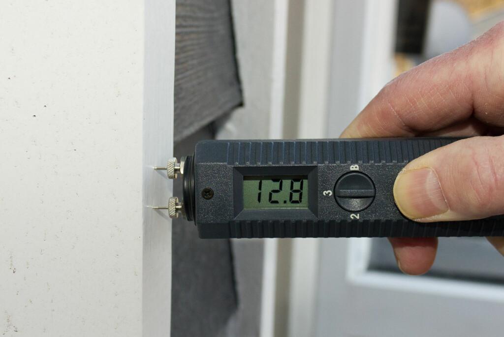 <b>BRUK EN FUKTMÅLER!</b> Ja, du kan fremdeles male eller beise ute, men sjekk værmeldingen og bruk en fuktmåler! Fukten må være under 18 prosent. Foto: CHERA WESTMAN/IFI