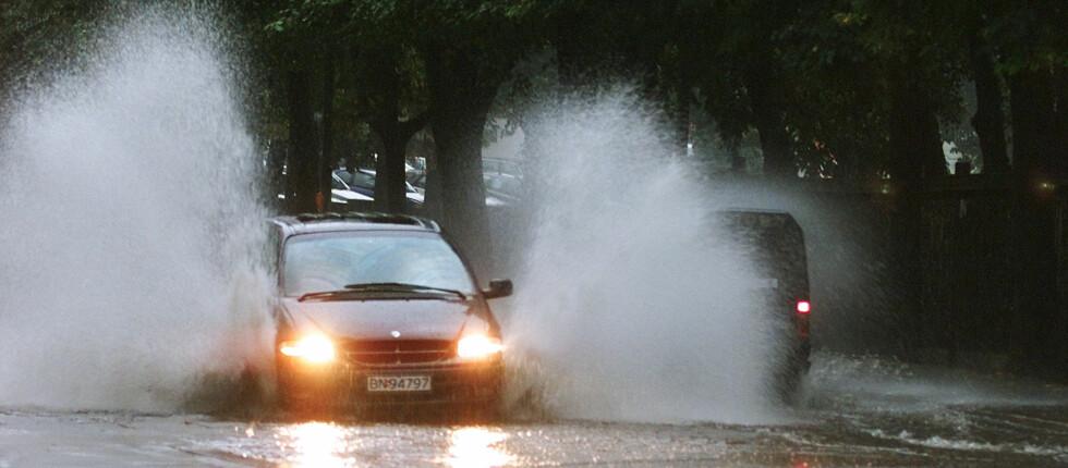 LIVSFARLIG: Vinterdekk på sommerføre gjør det ekstra mye lettere å få vannplaning.  Foto: NTB Scanpix/ Olav Olsen