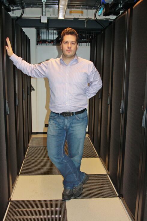HAR FOKUS PÅ PERSONVERN: Roland Rabben foran serverskapene til Jottaclouds datasenter på Økern i Oslo. Foto: Jottacloud