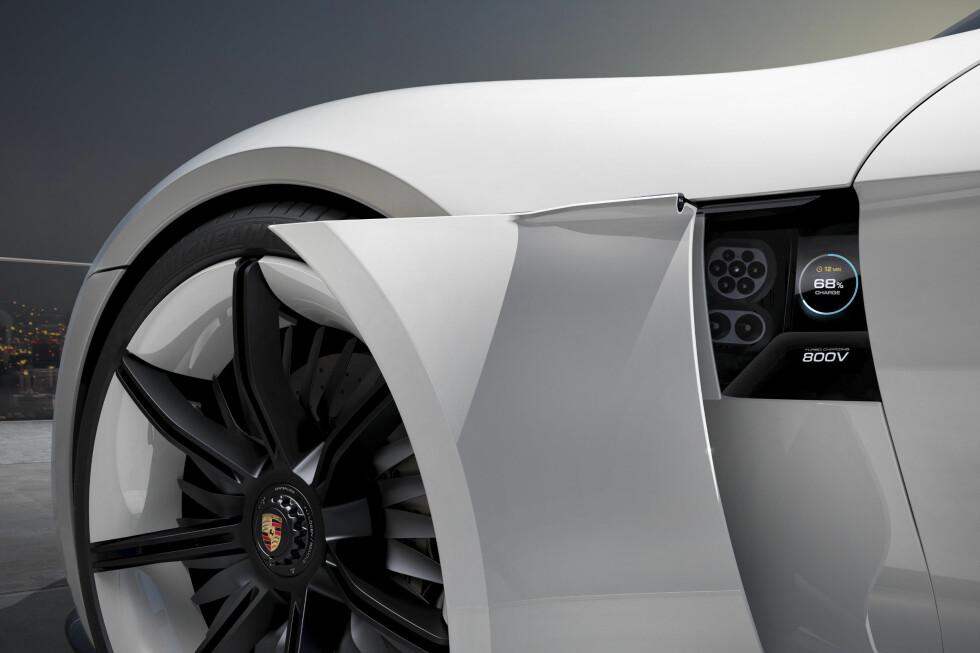 STRØMSKAP: Strømskapet finnes bak panelet mellom forhjul og dør. Hjemme lader du trådløst ved å kjøre over en plate i garasjen.  Foto: PORSCHE