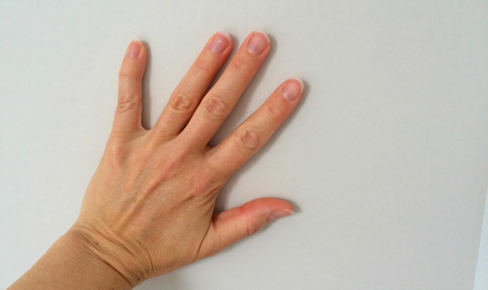 SUPER TAPETSLETTER: Hånda er en super tapetsletter. Da kjenner du også godt dersom det har kommet luftlommer. Foto: KRISTIN SØRDAL