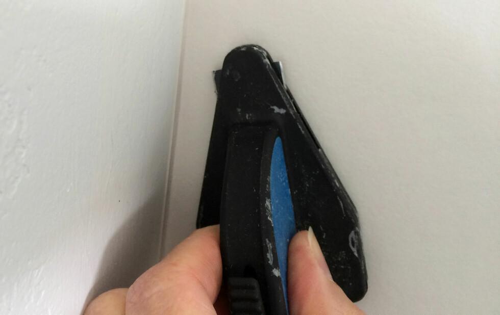 SMART HJØRNEKNIV: Ivestér i en slik tapetkniv for hjørner, da er du godt på vei mot perfekte hjørner. Foto: KRISTIN SØRDAL