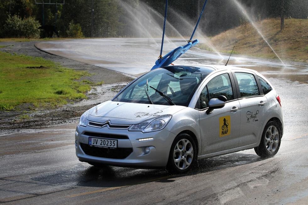 FRISK OPP: I helgen har du mulighet til å teste bilens egenskaper på NAFs øvelsesbaner, helt gratis!  Foto: NAF