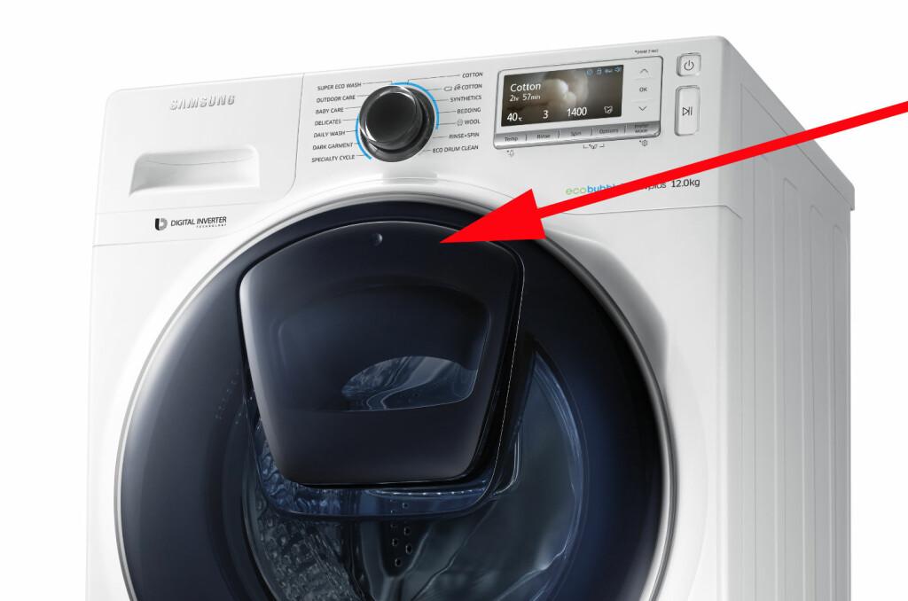 <b>FYLL PÅ:</b> En luke i luka gjør det mulig å fylle på med gjenglemte sokker og annet, underveis i vaskeprogrammet. Foto: SAMSUNG