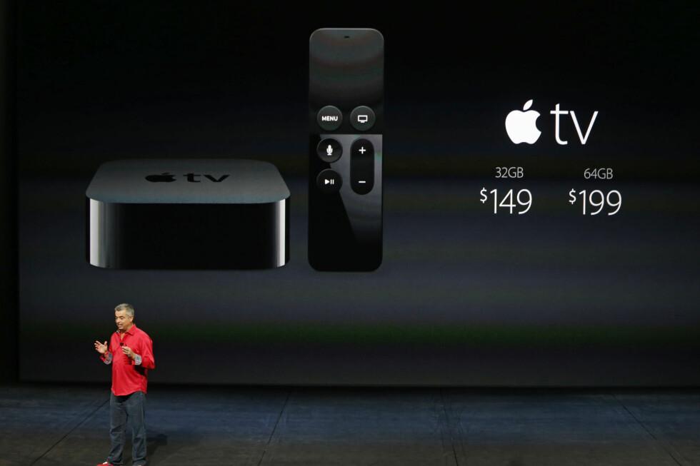 Eddie Cue fra Apple viser fram den nye Apple TV og Siri-fjernkontrollen med egen pekeplate øverst.  Foto: BECK DIEFENBACH/REUTERS