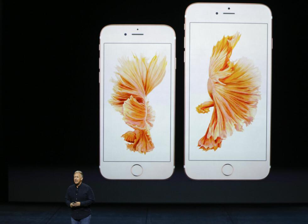 SAMME STØRRELSER: iPhone 6S er fortsatt mens 4,7 tommer, mens 6S Plus fortsatt er 5,5 tommer. Glasset skal visstnok være mer robust enn før. Foto: ERIC RISBERG / AP