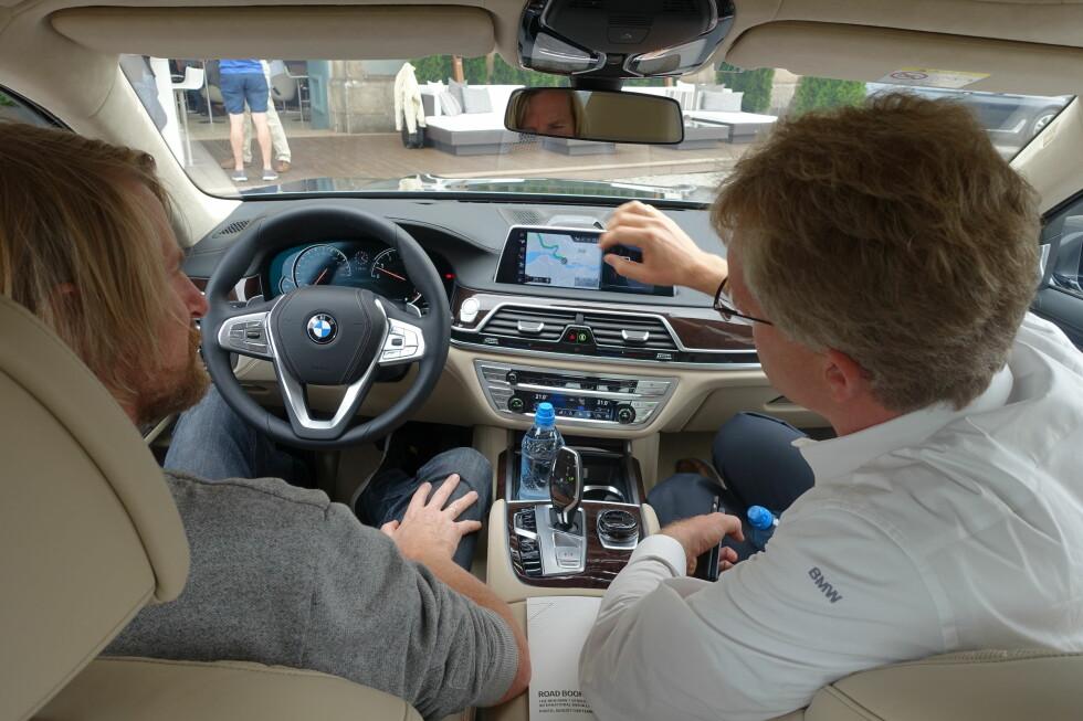 KREVER FORKLARING: Den nye BMW-en er en teknologisk kraftpakke med alle systemer installert - her forklarer en av produsentens eksperter oss hvordan man kan utnytte assistansesystemene på best mulig vis. Foto: KNUT MOBERG