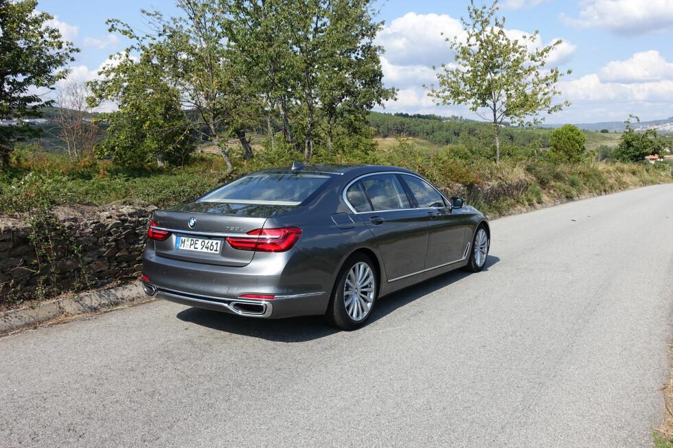 MUSKULØST ELEGANT: Vi synes BMW endelig igjen har fått dreisen på dynamisk storbildesign med siste generasjon 7-serie. Foto: KNUT MOBERG