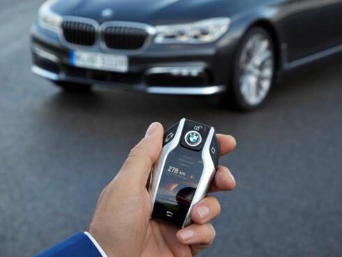 <strong><b>SMARTNØKKEL:</strong></b> Nøkkelen er blitt større og har nå en berøringsskjerm som man kan styre flere av bilens funksjoner med før start. Foto: BMW