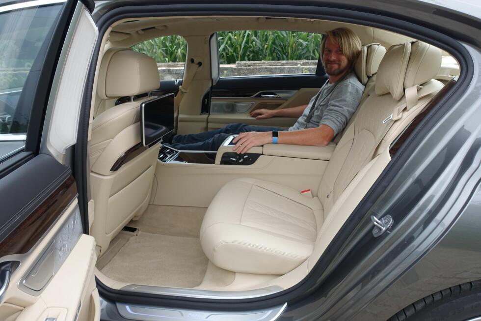 LUKSUSLIMOUSIN: Testbilen 750Li xDrive hadde formidabel bakseteplass og dessuten en del VIP-funksjoner (fjernbetjening av bilens funksjoner, nedfellbar fotskammel...) som man ellers finner i hovedsak hos konkurrenten Mercedes-Benz. Foto: KNUT MOBERG