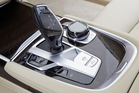 <strong><b>KOMMANDOSENTRAL:</strong></b> Her ligger det vesentligste av betjeningen. iDrive-systemet er nå komplettert og kan betjenes både med dreiehjulet til høyre for girspaken, via talestyring, berøringsskjermen på dashbordet eller - for noen enkle funksjoner, håndbevegelser over girspaken.  Foto: BMW