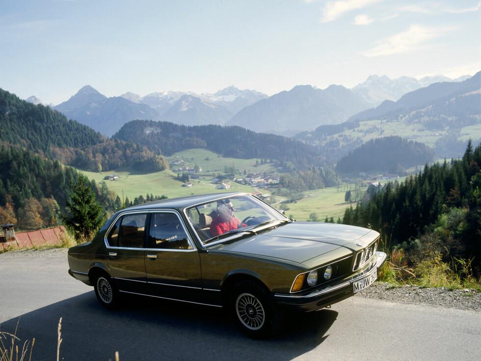 KLASSIKEREN: Første BMW 7-serie kom i 1977 og modellen vi ser på bildet er en 730i fra den gang. Den har etter vår mening holdt seg overraskende bra designmessig. Foto: BMW