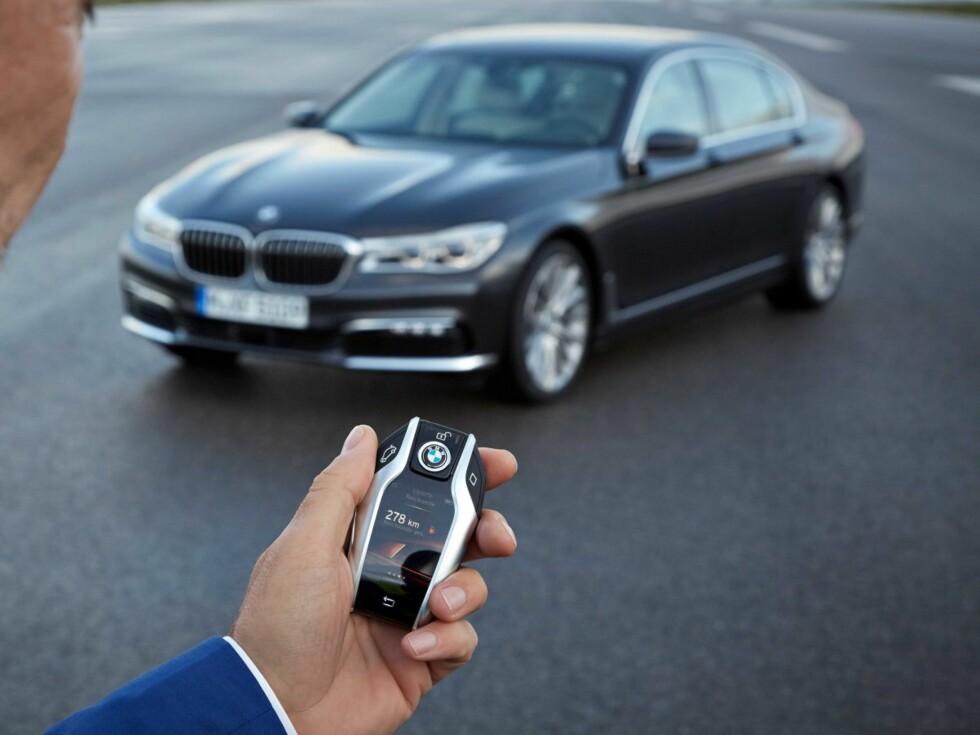 SMARTNØKKEL: Nøkkelen er blitt større og har nå en berøringsskjerm som man kan styre flere av bilens funksjoner med før start. Foto: BMW
