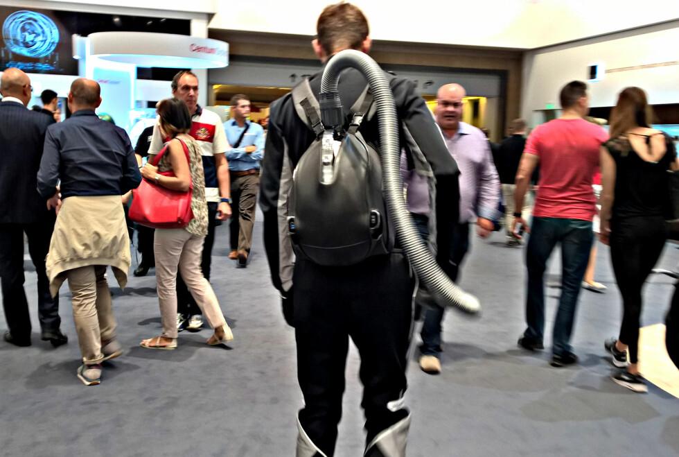 PRAKTISK: Oppladbare støvsugere trenger du ikke dra med deg. Du kan rett og slett bære den på ryggen når du gjør reint i huset, mener LG. Foto: TORE NESET