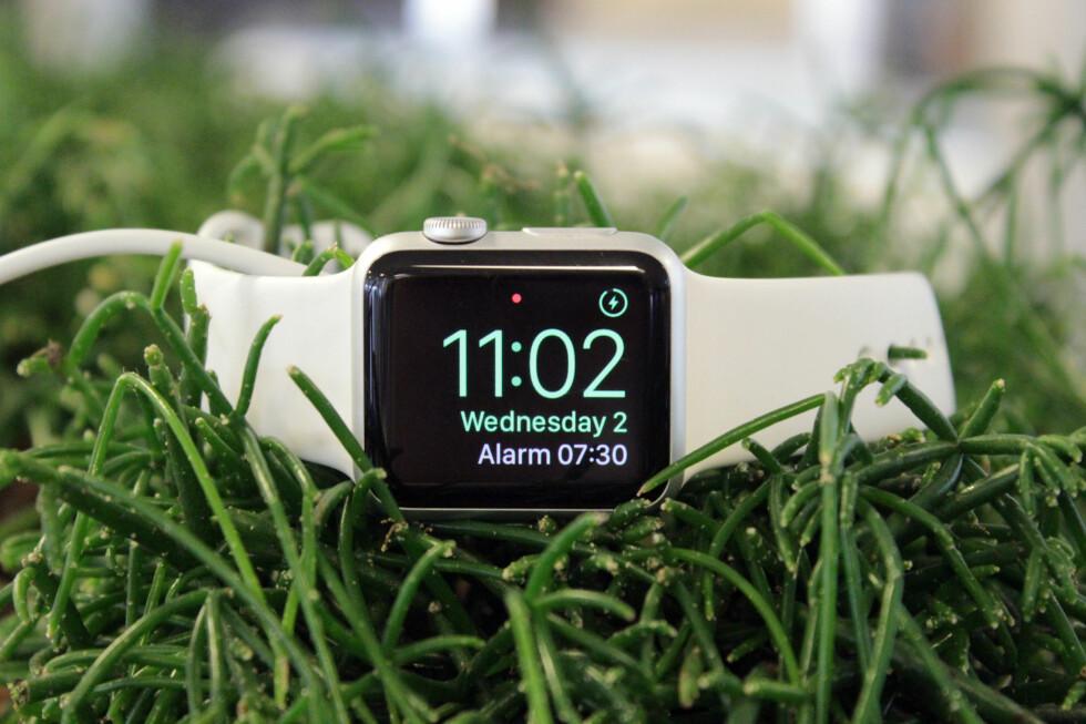 PÅ NATTBORDET: Siden du likevel må lade Apple Watch hver natt, hvorfor ikke bruke den til noe nyttig? Foto: KIRSTI ØSTVANG