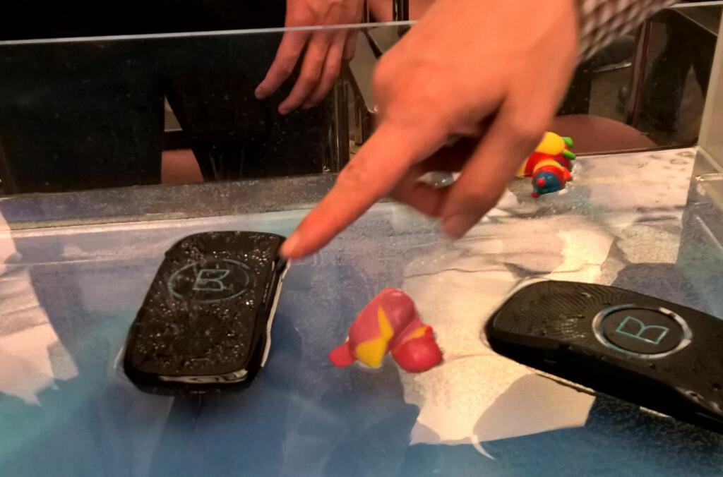 <B>FLYTENDE:</B> Bluetooth-høyttaleren Backfloat er en god erstatning for badeanda du fikk av pappa da du var 2. Foto: TORE NESET