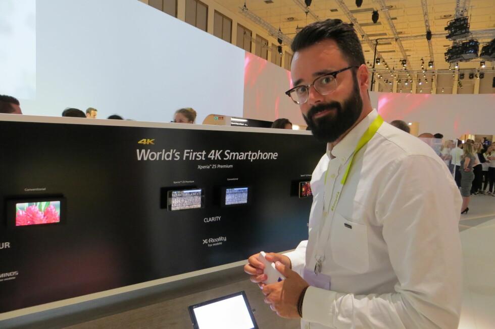 FLAGGSKIP: Markedsansvarlig Frank Otterbech hos Sony demonstrerer Xperia Z5 Premium for Dinsides utsendte journalist. Foto: BJØRN EIRIK LOFTÅS